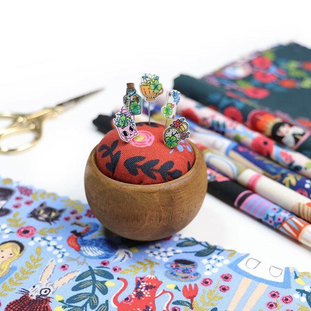 お客さまの作品32:「WONDERLAND」をモチーフにpiyocoさんが作ってくださったまち針とピンクッションのセットです「不思議の国のアリス」の世界をかわいく表現してくださいました:piyocoさんの作品はminneで販売されています:#wonderland#alice#まち針 #ピンクッション#ソーイング#ハンドメイド#手芸#パッチワーク #手作り#アリス #sewing#patchwork#quilt #cottonandsteel#handmade #handcraft#piyoco#minne#コットンアンドスチール#ハートフルバザール