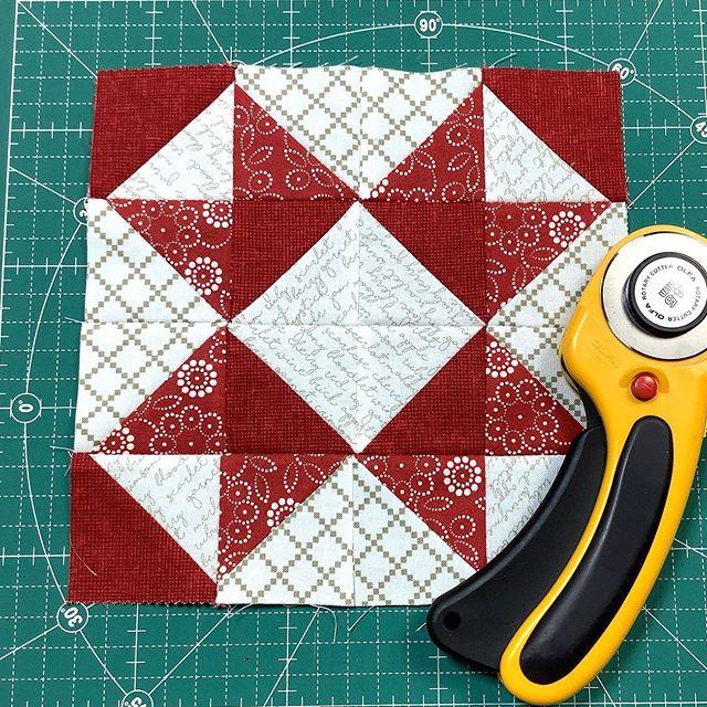 @sweetwaterfabric の Project REDシリーズの布を使ってミシンピーシングしましたチャームパックサイズ4枚で簡単にできるエイトポイントスターです:#ミシンキルト #ミシンパッチワーク #パッチワーク #ハンドメイド #手芸 #布好き #キルトスタンド #patchwork #quilt #handmade #handcraft